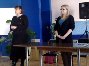 Šeimos planavimo ir seksualinės sveikatos asociacijos direktorė Esmeralda Kuliešytė (kairėje) ir Afrikos mergaičių ambasadorė Agnė Gelžinytė