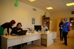 Naujienų redakcijos darbuotojai supažindino svečius iš Klaipėdos su savo darbo specifika. Kristinos Lenkaitytės nuotr.