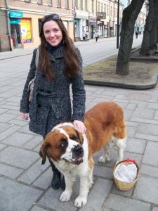 Būsimąją žurnalistę Vladislavą sužavėjo didžiulio šuns ramumas. Autorės nuotr.