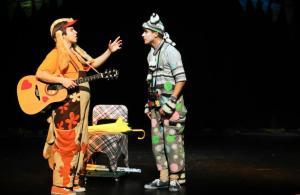 """DRAUGAI. Spektaklio """"Kur tas pasaulio kraštas"""" akimirka. Jaunimo teatro """"Be durų"""" nuotrauka."""