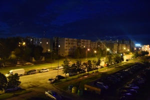 Žmonėms tenka vaikščioti menkai apšviestuose daugiabučių kiemuose. Ugnės Liaudanskytės nuotrauka.