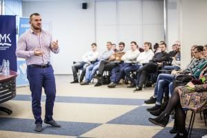 """""""Būkit išskirtiniai, darykit kažką kitaip"""", - studentus ragino verslininkas Vytautas Medineckas. Organizatorių nuotr"""