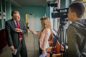 Žurnalistikos studentai kalbina ekspertų grupės vadovą
