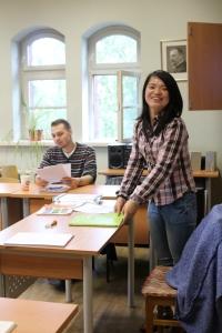 ,,Dėstytoja Wang Chunyi ir kinų kalbos besimokantys klaipėdiečiai susikalba anglų kalba