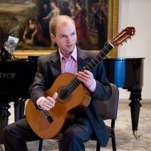 Studentas Audrius laiką leidžia ne tik grodamas klasikine gitara - jam nesvetima ir aktyvi Lietuvos sveikuolių veikla. A. Šerelio albumo nuotr.
