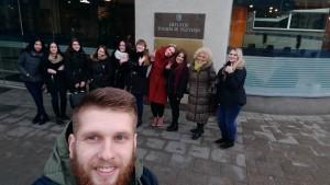 Būsimieji žurnalistai prie LRT pastato