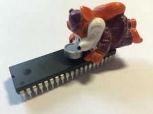 Vaikiškame žaisle pavaizduotas tyrinėtojas kuris tiria mikrovaldiklio sandarą. D. Kalniaus nuotr.